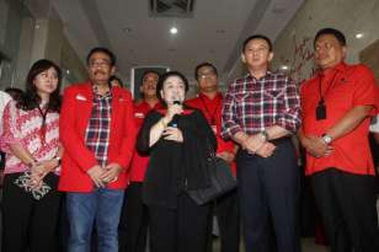 Ketua Umum DPP PDI Perjuangan Megawati Soekarnoputri berbicara saat akan mengantar pasangan Basuki Tjahaja Purnama (ahok) dan Djarot Syaiful Hidayat, di kantor DPP PDI Perjuangan, Jakarta, Rabu (21/9/2016).
