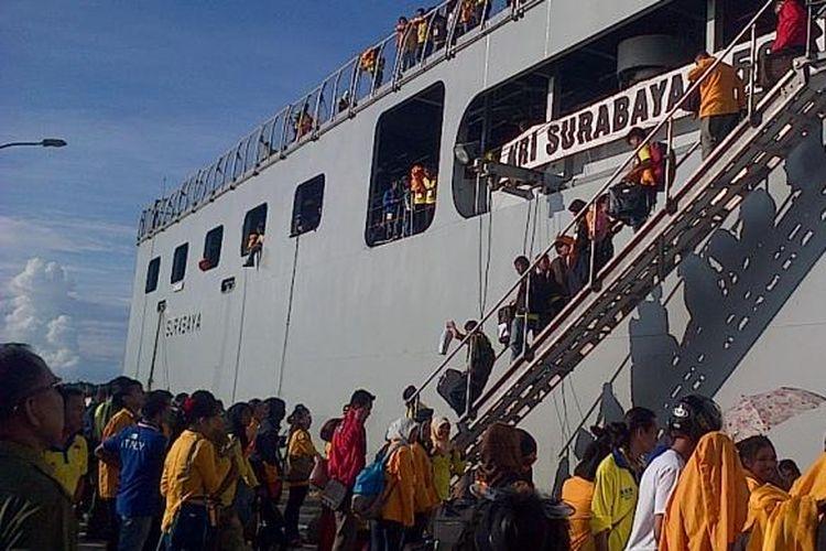 KRI Surabaya yang mengangkut ribuan mahasiswa KKN Nusantara tiba di pelabuhan Wanci, Wakatobi, Sulawesi Tenggara. Para mahasiswa dari berbagai perguruan tinggi Negeri se-Indonesia berada di Wakatobi selama 45 hari mendatang