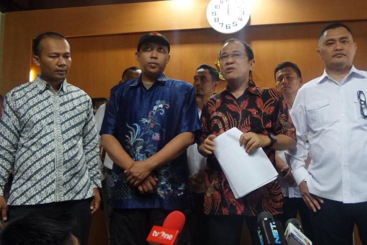 Anggota Komisi III DPR RI Akbar Faizal bersama orang yang diduga mencemarkan nama baiknya di gedung Bareskrim Polri, Jakarta, Senin (30/10/2017).
