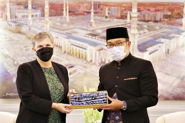 Gubernur Jawa Barat Ridwan Kamil menerima Duta Besar Australia untuk Indonesia Penny Williams di Gedung Pakuan, Bandung, Jawa Barat, Rabu (13/10/2021).