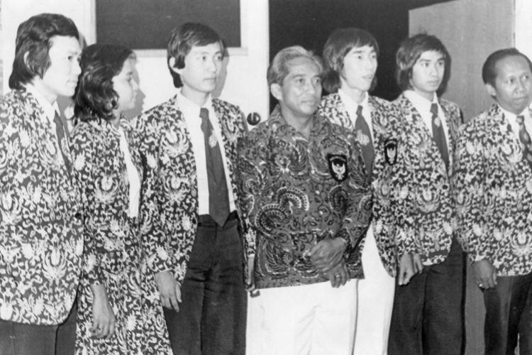 Empat jam menunggu di lapangan terbang Halim Perdanakusuma, sementara itu sebagian besar penjemput termasuk Gubernur Ali Sadikin sudah terpaksa pulang, barulah rombongan Indonesia ke Asian Games VII tiba di tanah air Jumat petang. Tetapi itupun baru sebagian. Mereka adalah (lihat gambar, dari kiri) Ade Chandra (bulutangkis), Myrna Harjolukito (loncat indah), Johan Wahyudi (bulutangkis), Gatot Soewagyo (ketua kontingen), Tjun Tjun (bulutangkis), Soemarsono (coach bulutangkis) dan Mochtar Yasin (coach loncat indah). Upacara penyambutan di Halim jadi kurang semarak. Mereka menggunakan Thai International, karena pesawat Sabena yang seharusnya membawa seluruh kontingen Indonesia telah tiba sebelumnya di Jakarta, tanpa seorangpun anggota kontingen. Dalam pada itu enam atlit bulutangkis puteri, dua atlit bulutangkis putera, empat petinju dan tiga officials masih tersangkut di Teheran. Pada saat ini semua kontingen lain sudah meninggalkan Teheran. Mereka diharapkan tiba Minggu siang, itupun jika pesawat Sabena dari Brussel bisa mampir di Teheran dalam keadaan tidak penuh. Empat atlit tennis yaitu Lita Sugiarto, Lany Kaligis, Yolanda Sumarno dan Loanita Rahman serta pelatih Mien Gondowidjojo, sejak Kamis yang lalu berada di Kolombo, Srilanka, untuk mengikuti turnamen di sana dan baru kembali ke Indonesia Senin lusa.