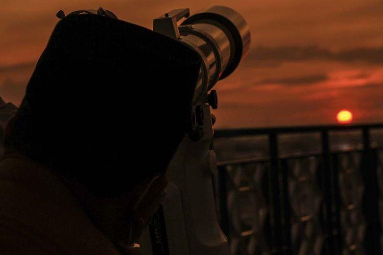 Petugas dari Kantor Wilayah Kementerian Agama (Kemenag) Sumatera Selatan memantau hilal di lantai 7 Gedung Universitas Islam Negeri (UIN) Palembang, Senin (12/4/2021). Dari pantauan tersebut, petugas tak dapat melihat hilal lantaran tertutup awan. Pemerintah melalui Kemenag RI telah memutuskan awal puasa atau 1 Ramadhan 1442 Hijriah di Indonesia jatuh pada Selasa (13/4/2021).