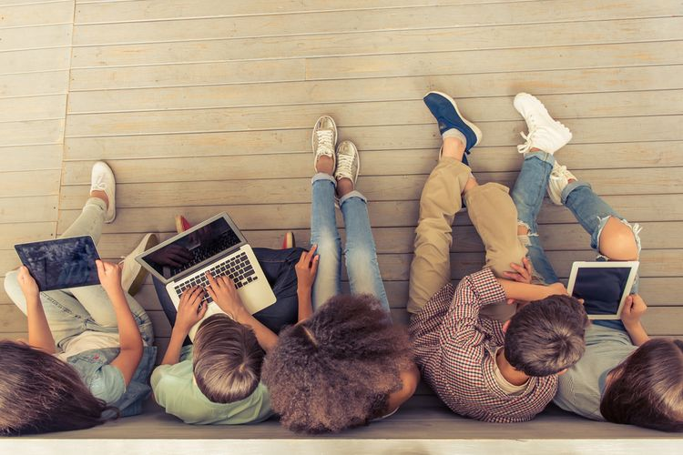 Ilustrasi anak-anak bermain gadget