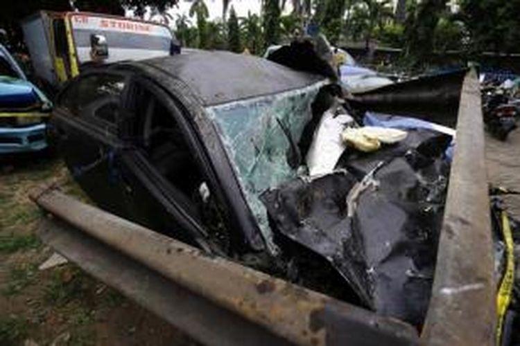 Mobil Lancer yang mengalami kecelakaan dengan Mobil Gran Max di Tol Jagorawi KM 8, terparkir di Kantor Satuan Wilayah Lalu Lintas (Satwil Lantas) Polres Metro Jakarta Timur di Kebon Nanas, Minggu (8/9/2013).