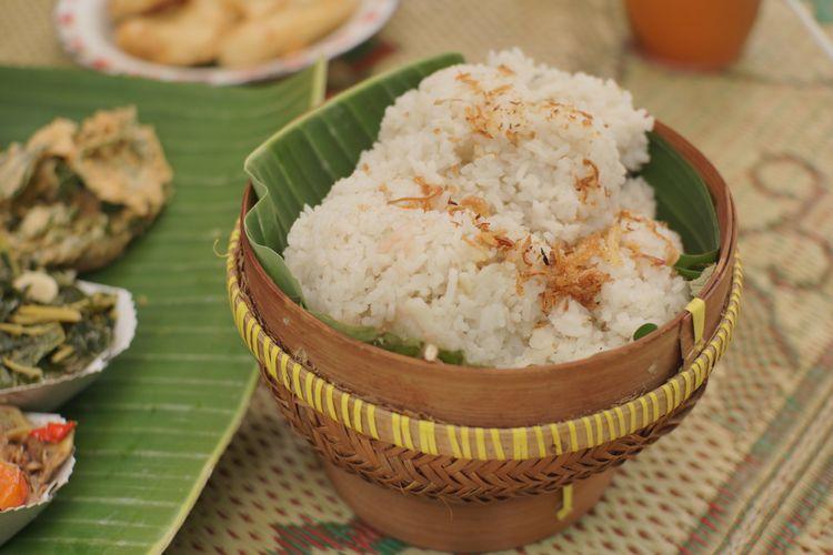 Ilustrasi nasi gurih, beras dimasak bersama santan.