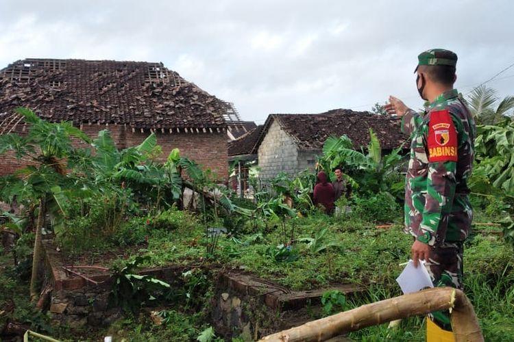 Sebanyak 36 rumah di Dusun Sumberjo, Desa Wringinagung Kecamatan Gambiran, Kabupaten Banyuwangi, diterjang puting beliung, Minggu (19/9/2021) pukul 03.00 WIB.