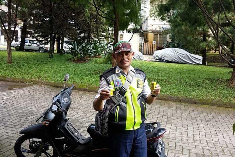 Seorang satpam diberikan vitamin C untuk cegah virus corona dan turut mengedukasi masyarakat di Perumahan Bukit Raya RW 14, Cimahpar, Kecamatan Bogor Utara, Kota Bogor, Jawa Barat.