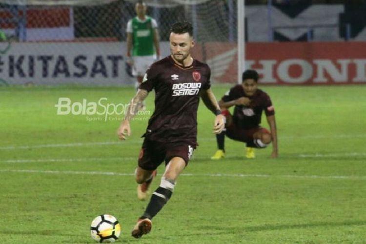 Pemain PSM Makassar, Marc Klok, beraksi pada laga Liga 1 2018 kontra Madura United.