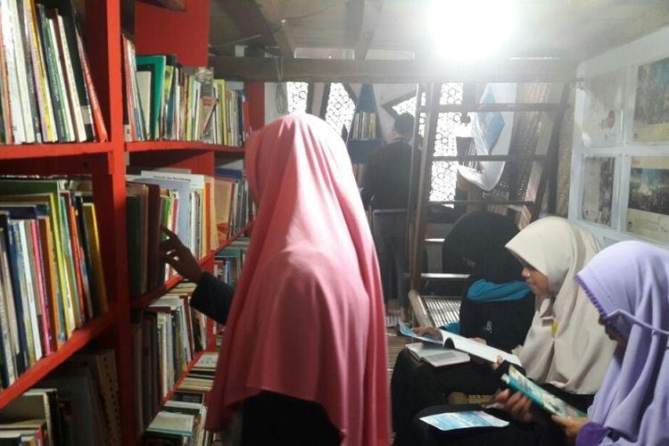 Para siswa SMA tengah mencari dan membaca buku di Nusa Pustaka