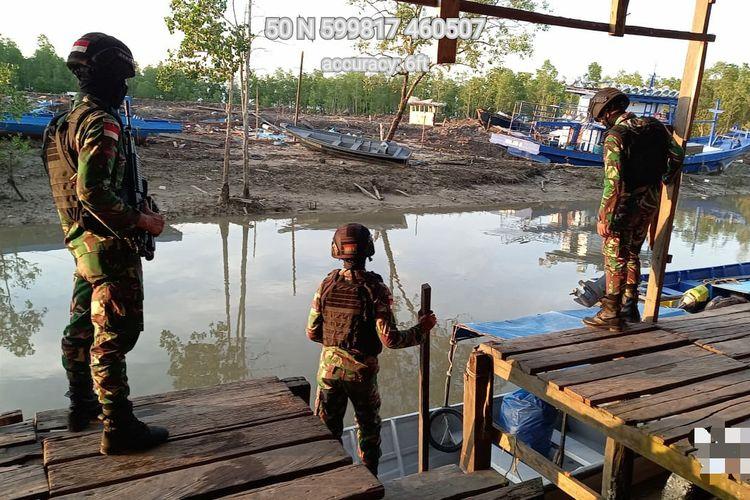 Prajurit Satgas Pamtas RI Malaysia Yonarhanud 16/SBC/3 Kostrad melakukan patroli di sepanjang jalur kapal tradisional antisipasi masuknya TKI unprosedural