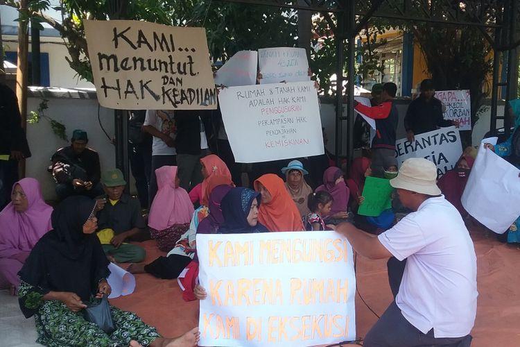 Warga Kendal yang rumahnya terkena proyek tol Semarang-Batang saat menunggu pendirian tenda di halaman Gedung DPRD Kendal.