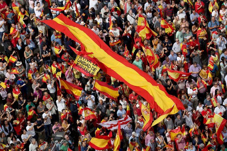 Pengunjuk rasa mengibarkan bendera Spanyol dan berteriak di depan balai kota dalam sebuah demonstrasi mendukung persatuan Spanyol sehari sebelum referendum kemerdekaan 1 Oktober yang dilarang di Catalonia, di Madrid, Spanyol, Sabtu (30/9/2017).