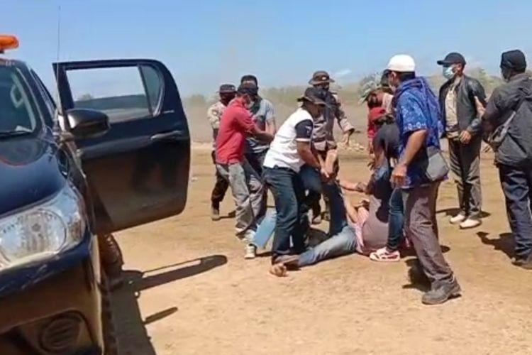 Tangkapan layar video dari warga, seorang warga yang dinamakan Polisi akibat persoalan lahan di proyek pengerjaan jalan Bypass menuju KEK Mandalika