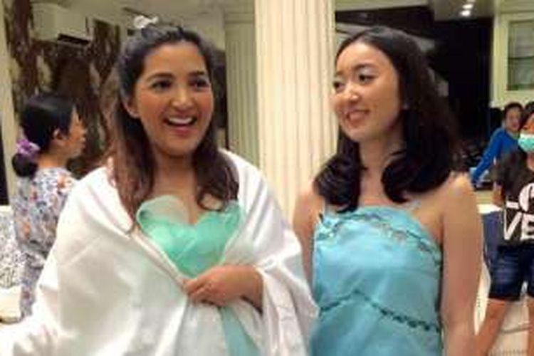 Ashanty (kiri) diabadikan saat mengepas baju rancangan Dominique Nadine (kanan) di kediamannya di kawasan Cinere, Jawa Barat, Senin (25/7/2016).