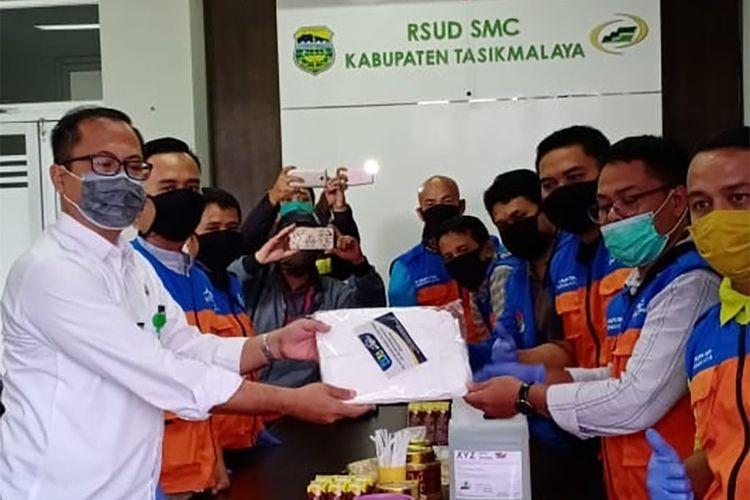 Pengurus DPD KNPI Kabupaten Tasikmalaya menyerahkan bantuan APD ke RSUD SMC Kabupaten Tasikmalaya, Rabu (15/4/2020).