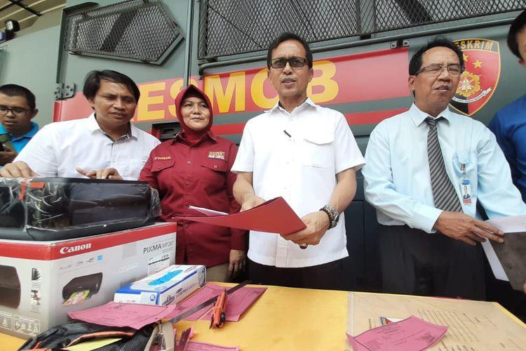Direktur Ditkrimum Polda Lampung Kombes M Barly Ramadhani (tengah berkacamata) menunjukkan barang bukti printer yang digunakan untuk mencetak uang palsu, Rabu (16/10/2019). Polisi menyita uang palsu sebanyak Rp 11 juta dari tersangka Hendri Seto, warga Pesawaran.