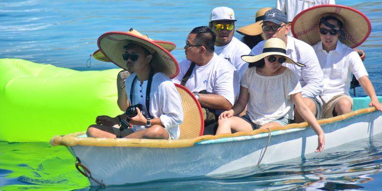 Wisatawan Nusantara berspeedboat menuju ke Pulau Kanawa sebagai salah satu tujuan wisata pantai terbaik di Manggarai Barat, NTT. Juga Pulau Kanawa sangat baik untuk menyelam dan snorkling. Pulau ini selalu dikunjungi wisatawan mancanegara dan Nusantara untuk menghabiskan liburan, Jumat (12/5/2017).