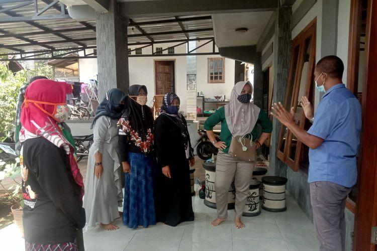 Perempuan peternak ayam petelur mendatangi rumah Suroto, pembentang poster ke arah Jokowi, untuk menanyakan kapan jagung bantuan Jokowi datang, Sabtu (18/9/2021)