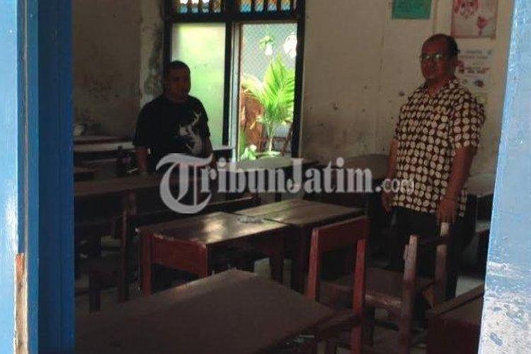 Kepala SMP Gatra Surabaya saat mengecek kondisi kelas yang tahun ajaran ini hanya dapat 2 siswa.