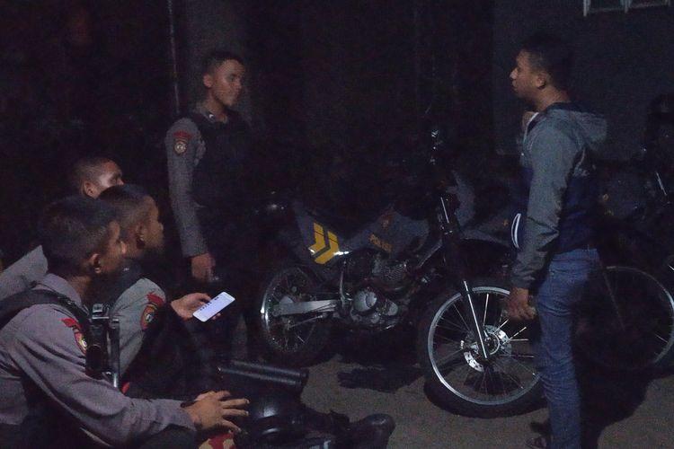 Petugas kepolisian tengah berjaga-jaga di lokasi penangkapan tersangka teroris berinisial AR (51) di Kelurahan Nanggewer Cibinong Bogor Jawa Barat, Jumat (17/5/2019)
