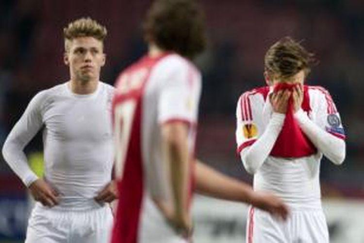 Para pemain Ajax Amsterdam kecewa setelah kalah 0-3 dari FC Salzburg pada laga Liga Europa di Amsterdam ArenA, Amsterdam, Kamis (20/2/2014).