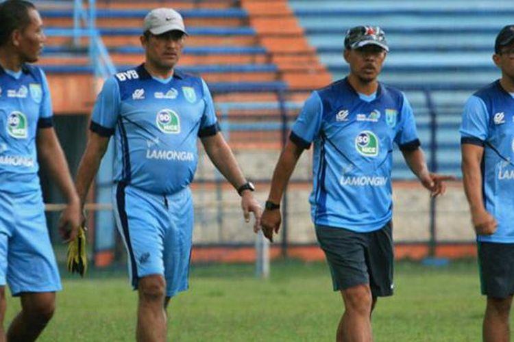 Aji Santoso (kanan), saat memimpin latihan skuad Persela Lamongan di Stadion Surajaya, Senin (12/9/2016).