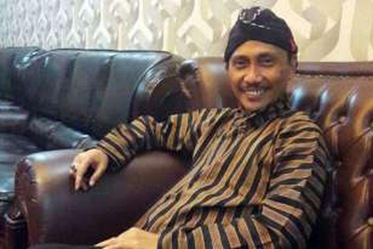 Bupati Gorontalo, Nelson Pomalingo, hari ini mengenakan baju tradisional masyarakat Jawa.