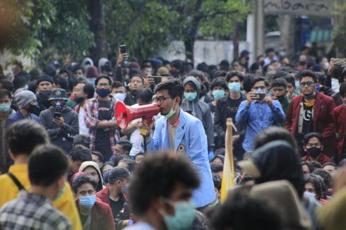 Demo Tolak UU Cipta Kerja di Bandung, Petugas Dilempar Bom Molotov