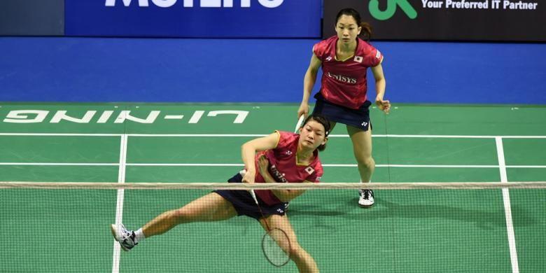 Pasangan ganda putri Jepang, Misaki Matsutomo (kiri)/Ayaka Takahashi, melakukan serangan terhadap ganda China, Wang Xiaoli/Yu Yang, pada laga semifinal Singapura Terbuka di Indoor Stadium, Sabtu (11/4/2015). Matsutomo/Takahashi menang 11-21, 21-19, 21-11.