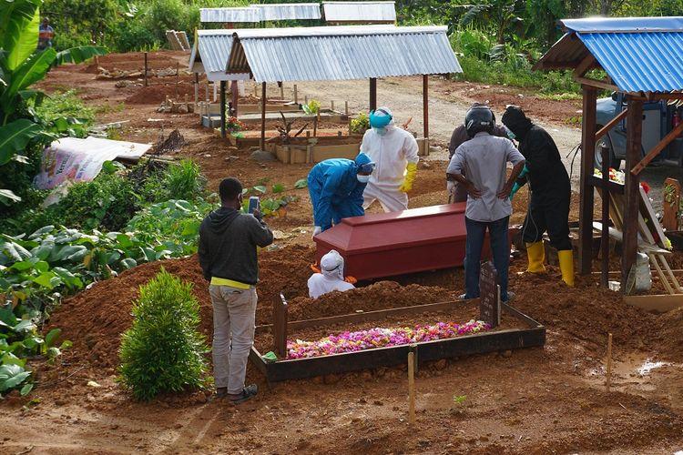 Petugas memakamkan jenazah pasien COVID-19 di pemakaman khusus COVID-19 di Kota Sorong, Papua Barat, Sabtu (17/10/2020). Satuan Tugas COVID-19 Papua Barat menyatakan hingga hari Sabtu (17/10) ini jumlah orang yang kontak erat di provinsi tersebut berjumlah 3.465 orang, sembuh 2.504 orang, meninggal dunia 46 orang dan yang masih dirawat sebanyak 915 orang dan kasus tertinggi berada di wilayah Kota Sorong. ANTARA FOTO/Olha Mulalinda/wsj.