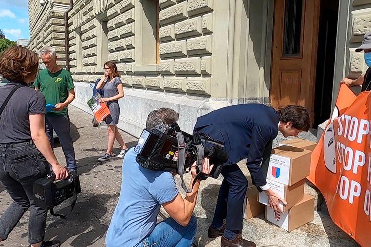 Kotak berisi tanda tangan petisi penolakan kelapa sawit asal Indonesia di Swiss yang diangkut karyawan Mahkahmah konstitusi Swiss pada Senin (22/6/2020).