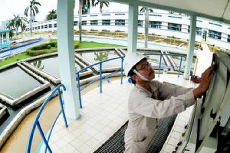 Menurut data yang dilansir PAM Jaya dan Operator, pada 2015 kebutuhan air bersih di Jakarta sebesar 26,1 m3/detik. Sementara itu, ketersediaan air bersih hanya 17 m3/detik. Artinya ada defisit 9,1 m3/detik.