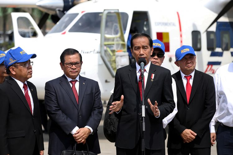 Presiden Joko Widodo memberikan keterangan pers saat uji terbang dan pemberian nama  pesawat N219 di Lanud Halim Perdanakusuma, Jakarta, Jumat (10/11/2017). Pesawat N219 yang diberi nama Nurtanio oleh Jokowi, adalah pesawat buatan lokal, kolaborasi antara PT Dirgantara Indonesia (DI) bekerja sama dengan Lembaga Antariksa dan Penerbangan Nasional (Lapan).