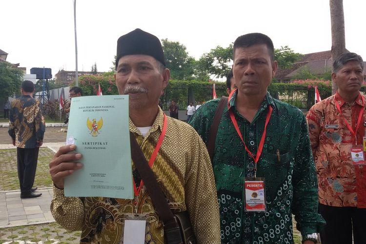 Tekatyono asal Karangwuni, Kulon Progo, DIY. Ia memperoleh sertifikat atas tanah waris setelah 3 bulan penantian.