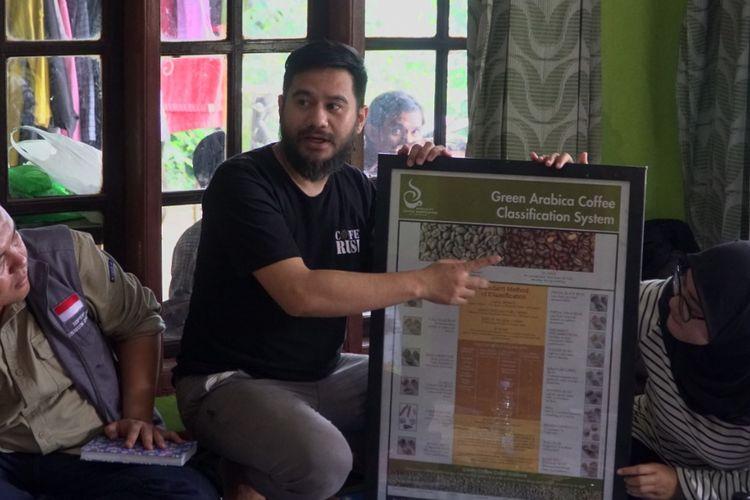 Tim Pengabdian Masyarakat Universitas Indonesia (UI) yang terdiri dari dosen, mahasiswa dan para praktisi bidang kopi memberikan pelatihan kepada kelompok petani muda kopi Buntis di Desa Cimenyan, Bandung untuk menghasilkan produk kopi yang berkualitas.