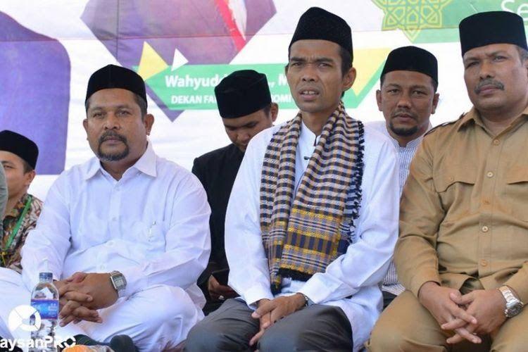 Ustaz Abdul Somad (tengah) sesaat sebelum memberikan kuliah umum di depan ribuan mahasiswa dan masyarakat di Universitas Malikussaleh, Aceh Utara, Senin (13/3/2018)