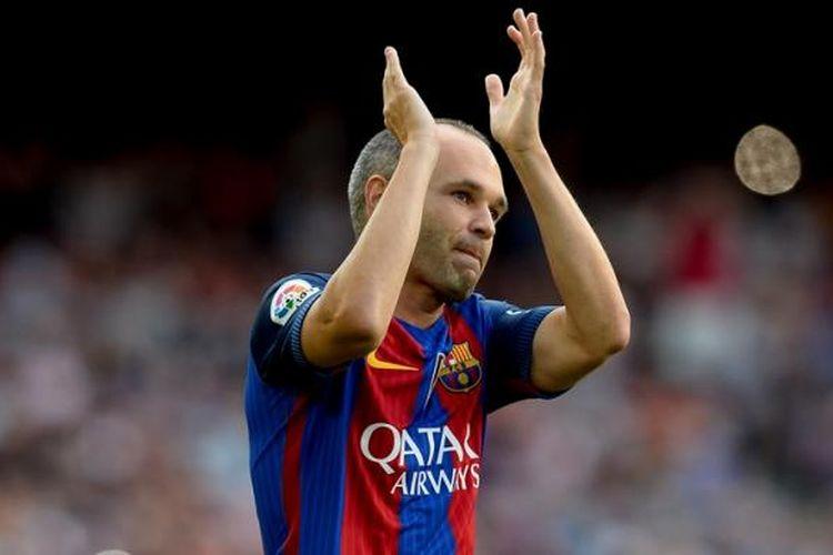 Andres Iniesta membela Barcelona melawan Sampdoria pada ajang Joan Gamper di Stadion Camp Nou, 10 Agustus 2016.