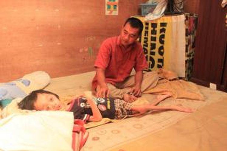 Yoga Raharja (13)hanya bisa terbaring lemah di tempat tidurnya akibat penyakit Hydrocephalus.