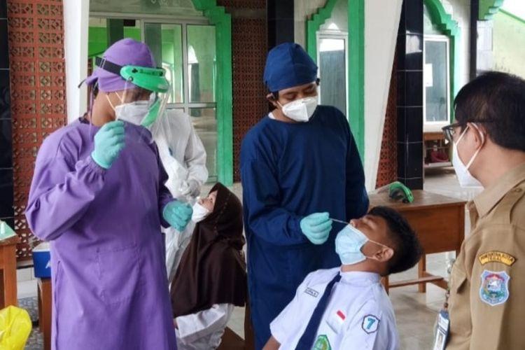 Siswa MTs Negeri Kota Tegal menjalani tes swab antigen setelah mengikuti PTM selama dua pekan, Senin (19/4/2021)