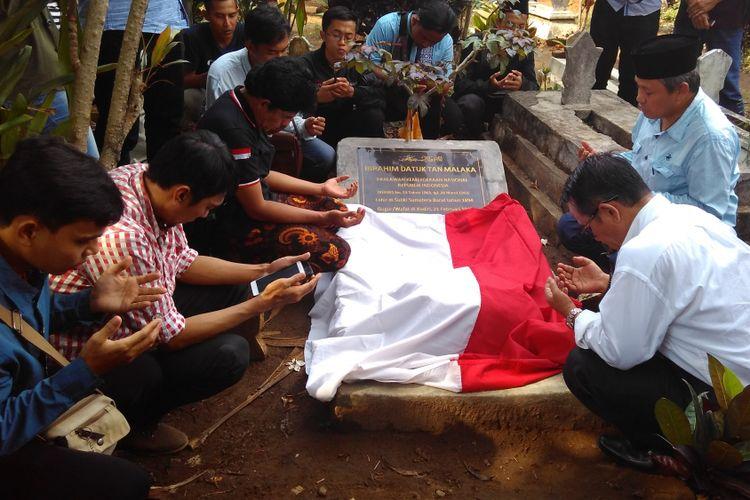 Para aktifis dan Tan Malaka Institute saat ziarah ke makam Tan Malaka di Selopanggung, Kediri, Jawa Timur, (9/11/2017).