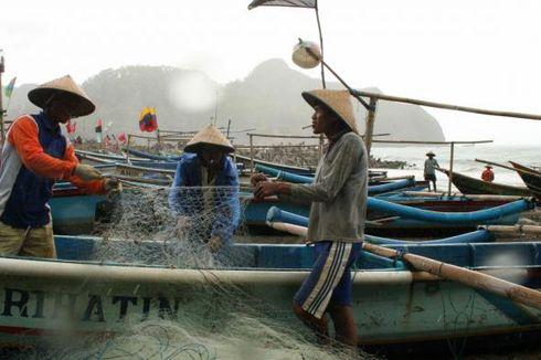 Politeknik Negeri Banyuwangi Terangi Listrik ke Nelayan Pacemengan