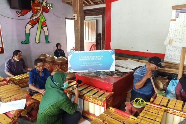 Yayasan Dana Kemanusiaan Kompas (DKK) menyalurkan donasi pembaca Kompas untuk puluhan pelaku seni di Kabupaten Purworejo, Jawa Tengah, Rabu (22/9/2021)