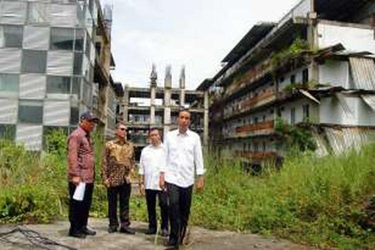 Presiden RI Joko Widodo meninjau langsung lokasi proyek pembangunan Pusat Pendidikan Pelatihan dan Sekolah Olahraga Nasional di Bukit Hambalang, Bogor, Jawa Barat, Jumat (18/3/2016).