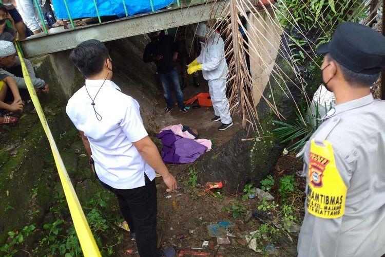 Jenazah seorang mantan atlet tinju yang ditemukan di kolong jembatan tengah menjalani proses identifikasi oleh aparat kepolisian Polres Bone, Sulawesi Selatan. Kamis, (29/7/2021).