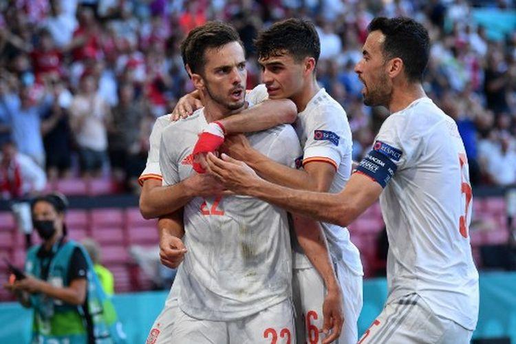 Pablo Sarabia (kiri) merayakan gol bersama rekan satu timnya pada laga 16 besar Euro 2020, Kroasia Vs Spanyol, yang dihelat di Stadion Parken, Senin (28/6/2021) malam WIB.