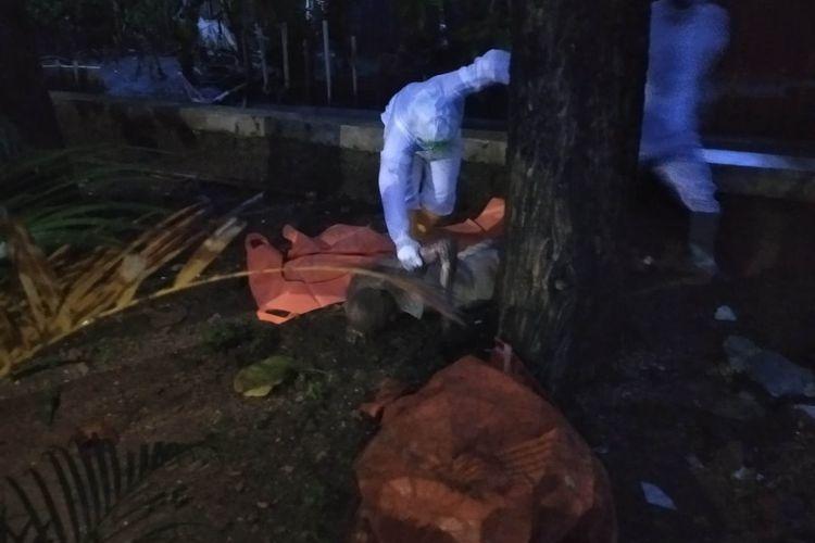 Sesosok mayat laki-laki tanpa identitas ditemukan di Kali Sura, Kelurahan Rambutan, Kecamatan Ciracas, Jakarta Timur, pada Minggu (7/3/2021).