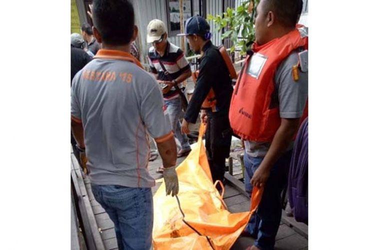 Tim gabungan mengevakuasi korban yang terkena kobaran api di Teluk Balikpapan, Sabtu (31/3/2018) siang.