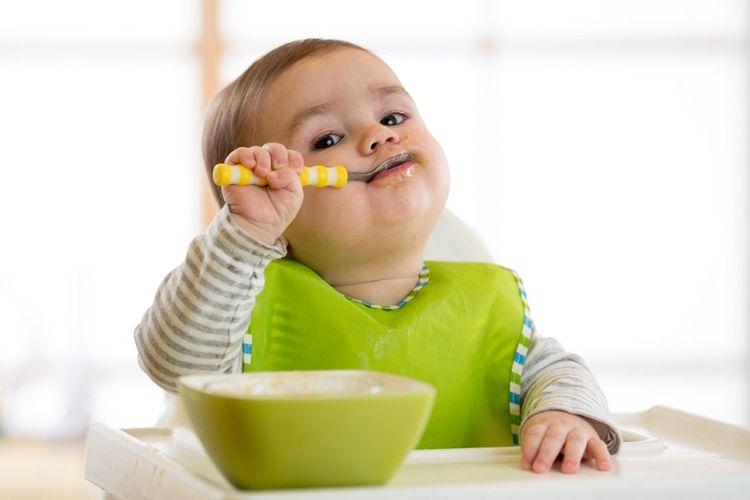 Ilustrasi memberi makan anak