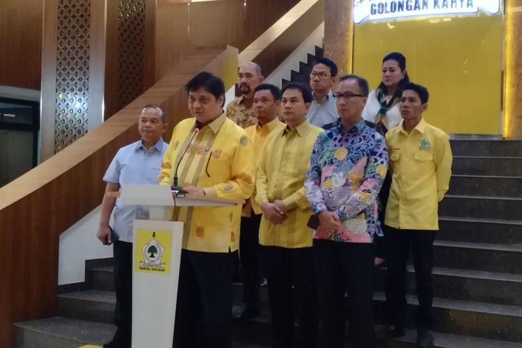 Ketua Umum Golkar Airlangga Hartarto didampingi sejumlah kadernya melakukan konferensi pers terkait Pilkada Serentak 2018 di gedung DPP Golkar, Jakarta, Senin (25/6/2018)