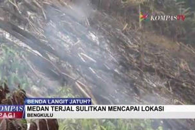 Warga dan polisi melakukan penyisiran di hutan Desa Pelalo, Kecamatan Sindang Kelingi, Kabupaten Rejang Lebong, Bengkulu, yang diduga menjadi lokasi jatuhnya benda asing, Selasa (27/10/2015).